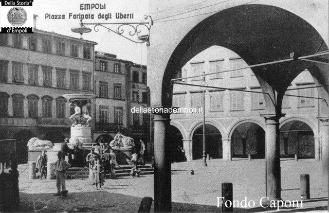 Piazza Farinata degli Uberti, fontana del Pampaloni e portico