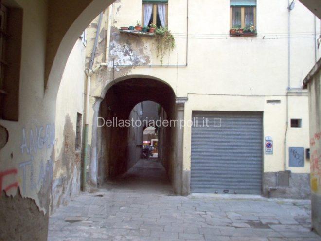 Fig. n° 2 – Vista del Vicolo e cortile preso da Via Chiara.