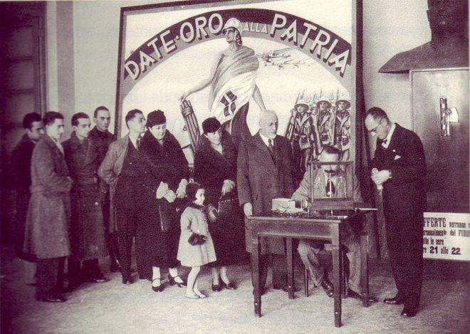 800px-Oro_alla_Patria,_consegna_delle_Fedi_d'oro