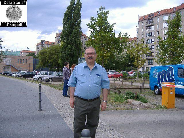 l'autore davanti al parcheggio sotto il quale sono ubicati i resti del bunker di Hitler, 2007