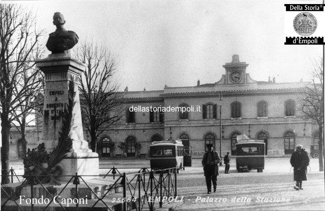 Empoli Piazza della Stazione con autobus