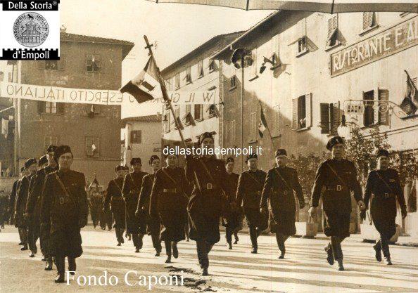 Parata di camicie nere fasciste in Piazza della Vittoria