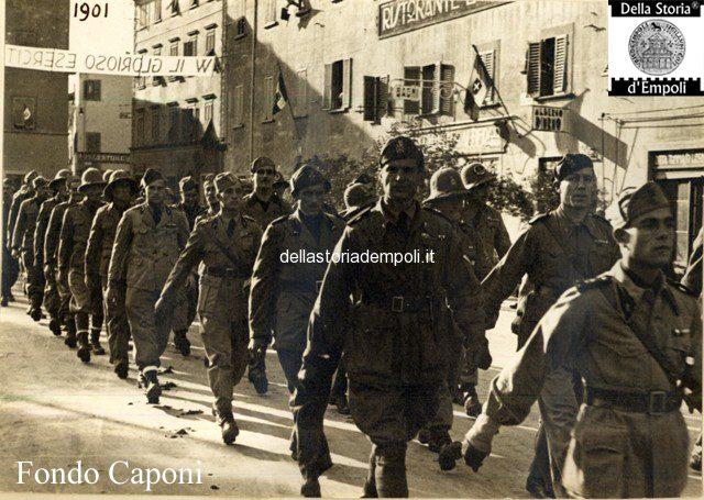 Parata dell'esercito in Piazza della Vittoria