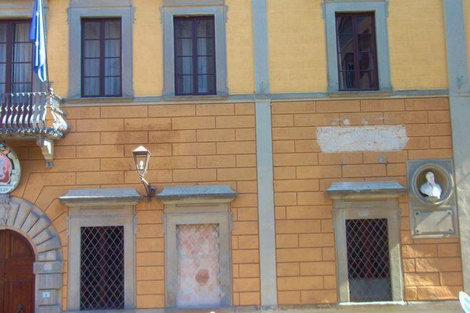 Facciata Municipio San Miniato rimozione lapidi via le epigrafi