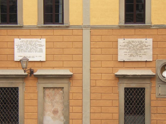 Le due lapidi sulla facciata del Municipio di San Miniato -  Foto per g.c. Francesco Fiumalbi