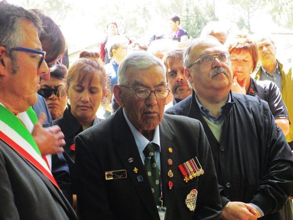 L'ottantaseienne Reduce Del 28° Battaglione Maori Tra Il Sindaco Dirindelli E Claudio Biscarini - Foto Di Antonio Taddei