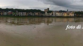 Arno in piena, una panoramica da Barzino