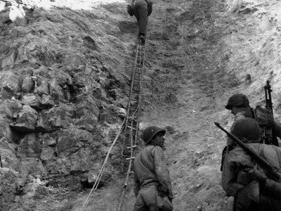 Rangers americani si arrampicano dopo la battaglia alla Pointe du Hoc