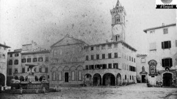 Piazza, Collegiata e Palazzo Pretorio con la Madonna degli Ebrei in una foto d'epoca